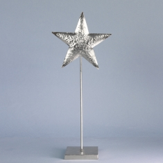 Shiny silver star on 40cm pedestal in hammered finish metal